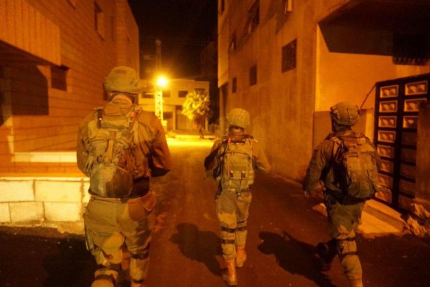 قوات الاحتلال تشن حملة اعتقالات بالضفة والقدس وتسلم استدعاءات