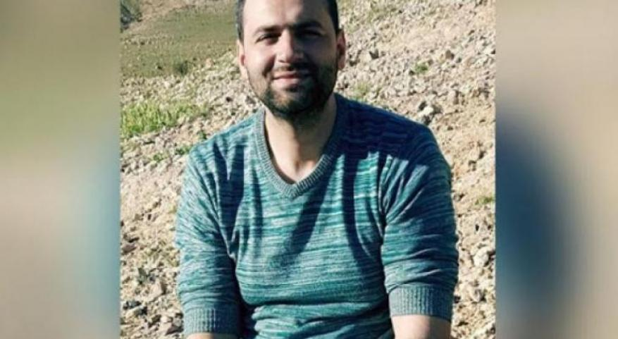 منذ أكثر من عام وشهرين.. إدارة سجون الاحتلال تواصل عزل الأسير ربيع أبو نواس