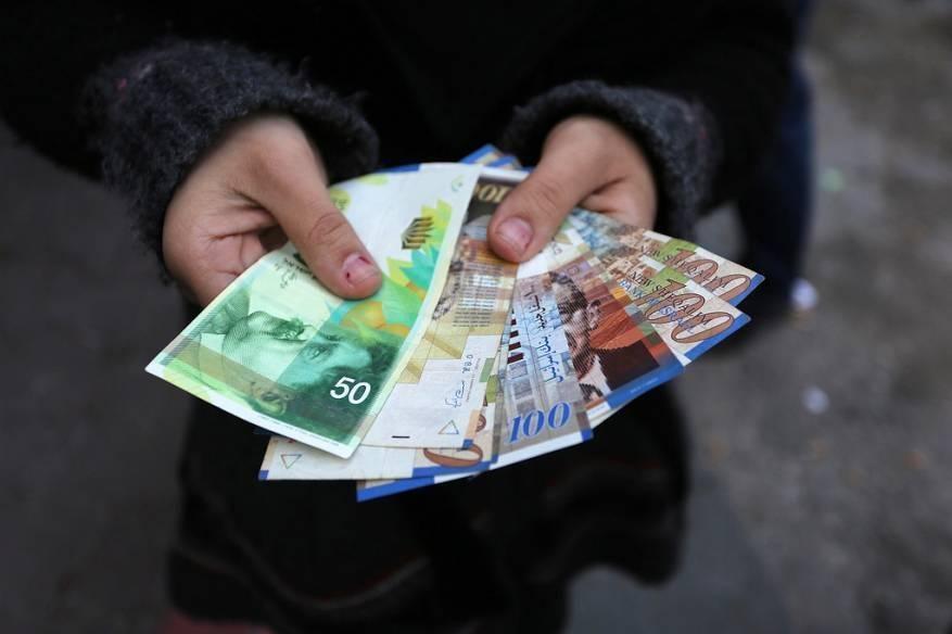 مالية غزة تعلن صرف رواتب موظفيها غداً الاثنين بنسبة 40%