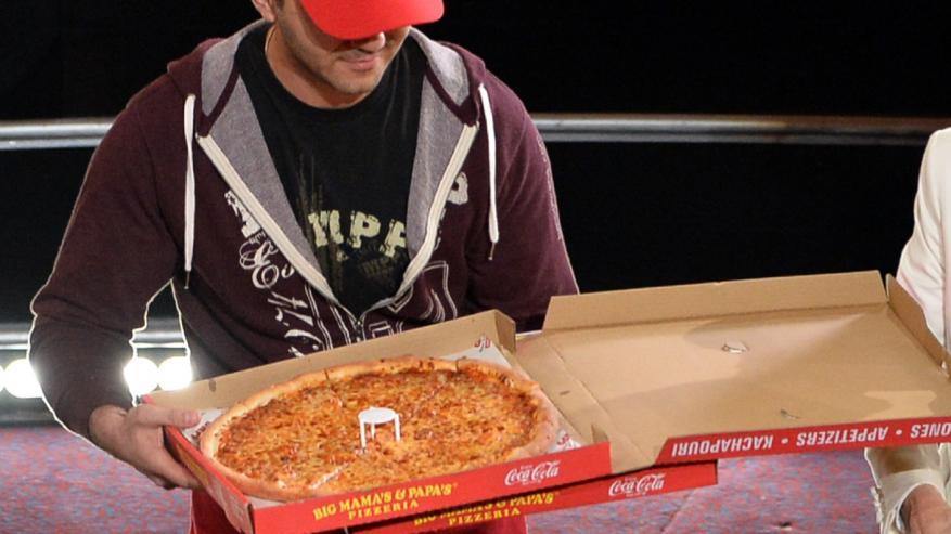 عامل بيتزا يتسبب في إغلاق عام وعزل أكثر من مليون شخص بمنازلهم