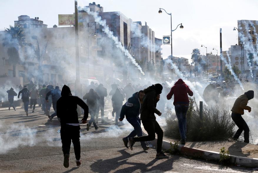 إصابة العشرات بالاختناق جراء إطلاق الاحتلال قنابل الغاز صوب مدرسة بالخليل