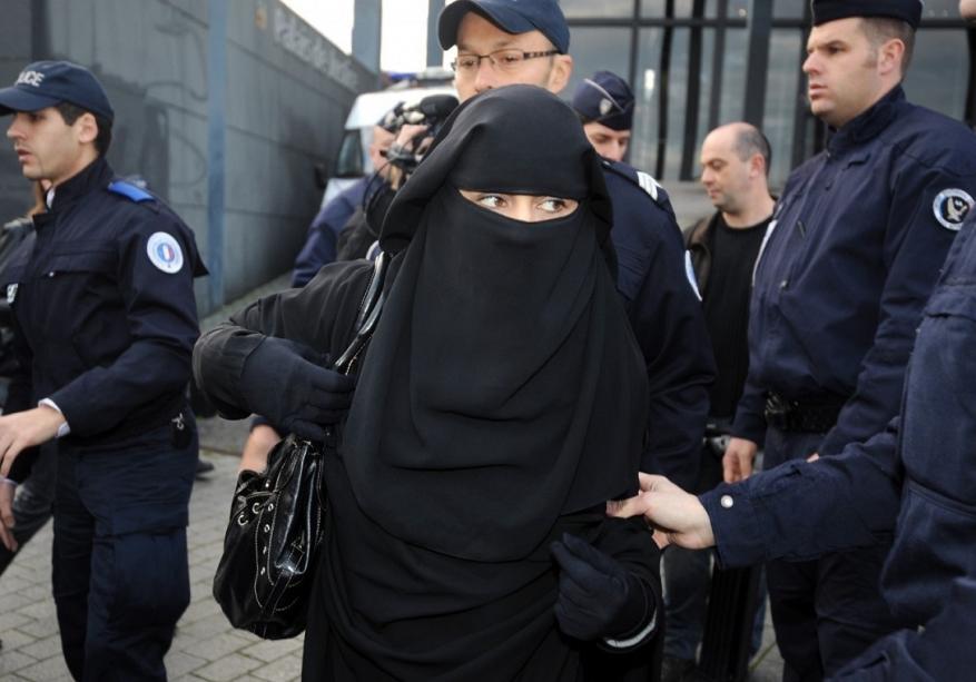 بلدية في هولندا تعتذر لامرأة منقبة تعرضت لمعاملة غير عادلة.. ماذا حدث؟