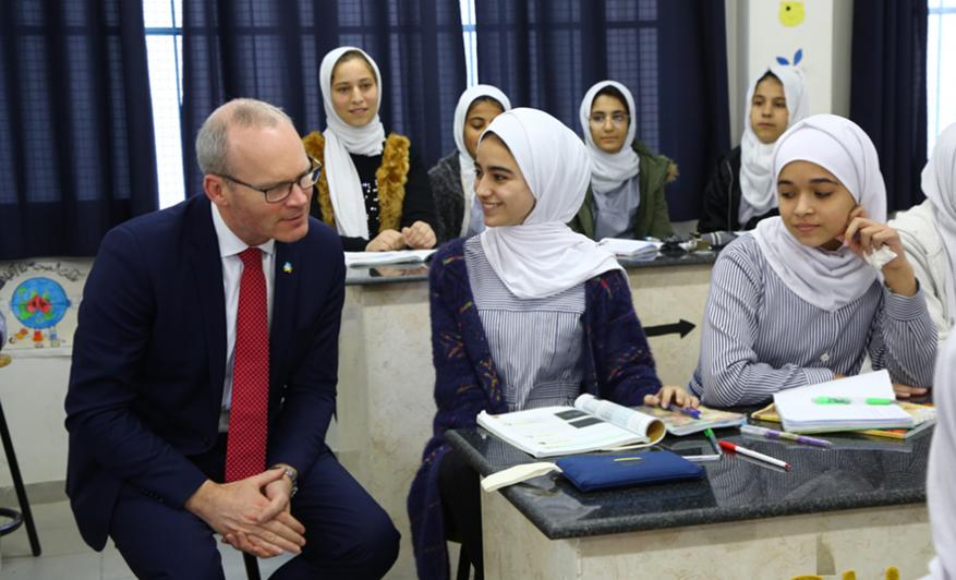 وزير الخارجية الإيرلندي يزور قطاع غزة ويلتقي طلبة الأونروا بجباليا