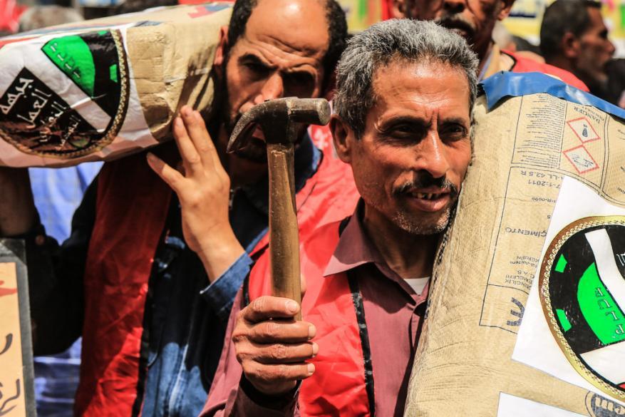 العمال بين مطرقة التسول وسندان البطالة