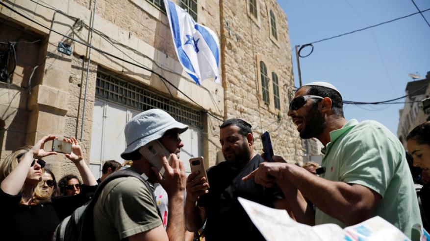مستوطنون يقتحمون متاجر فلسطينية وينهبونها في الخليل