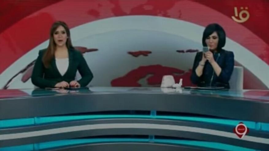مشهد غير مألوف لمذيعة التلفزيون المصري الرسمي على الهواء
