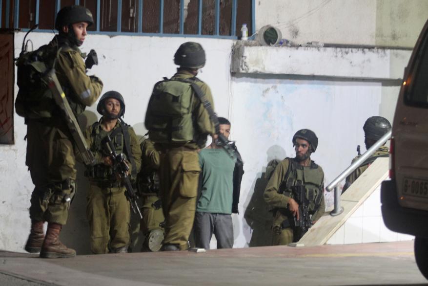 اعتقال 9 مواطنين من الضفة بينهم مصاب وأم وطفلها