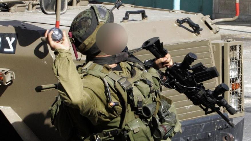 """في قاعدة عسكرية.. جندي """"إسرائيلي"""" يلقي قنبلة على آخرين لأنهم أزعجوه!"""