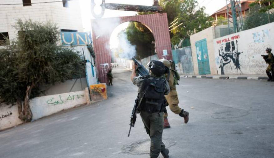 إصابة عشرات الطلبة بالاختناق خلال مواجهات مع الاحتلال شمال الخليل