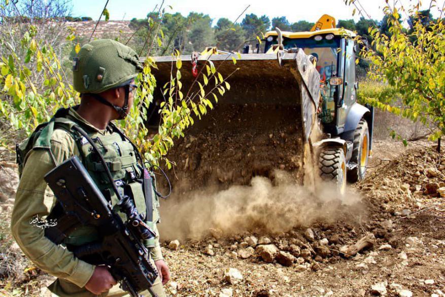 آليات الاحتلال تجرف 400 دونم شمال الخليل لصالح طرق استيطانية
