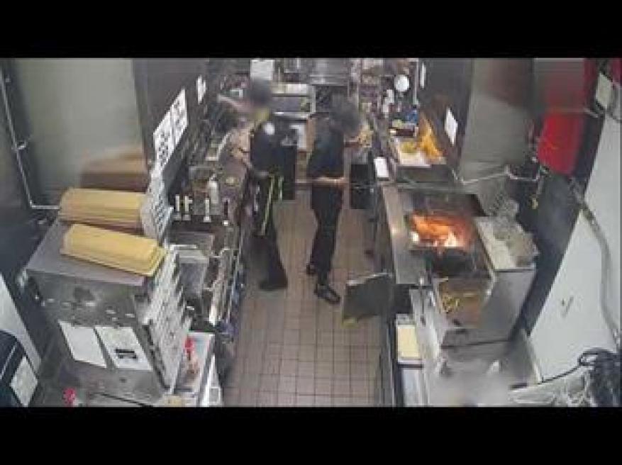 عامل بمطعم للوجبات السريعة حاول إخماد حريق الزيت بالماء.. فتسبب في كارثة