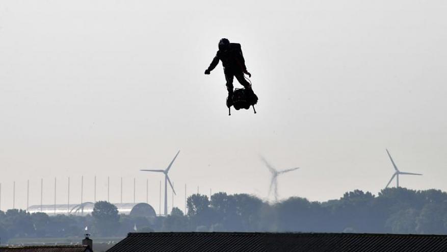 مخترع فرنسي يقطع بحر المانش على لوح طائر