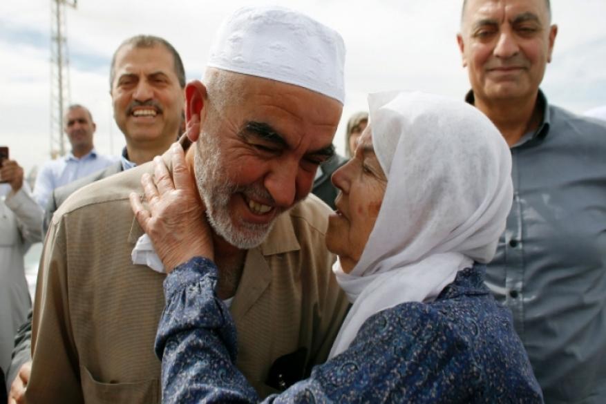 إدارة سجن عسقلان تمنع الشيخ رائد صلاح من الاتصال بوالدته