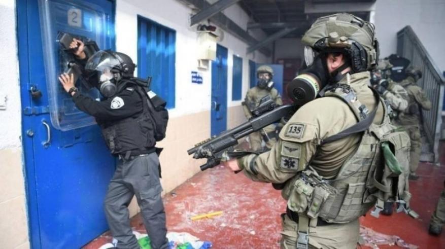"""إصابة ثلاثة أسرى إثر اقتحام قوات القمع قسم (12) في """"مجدو"""""""