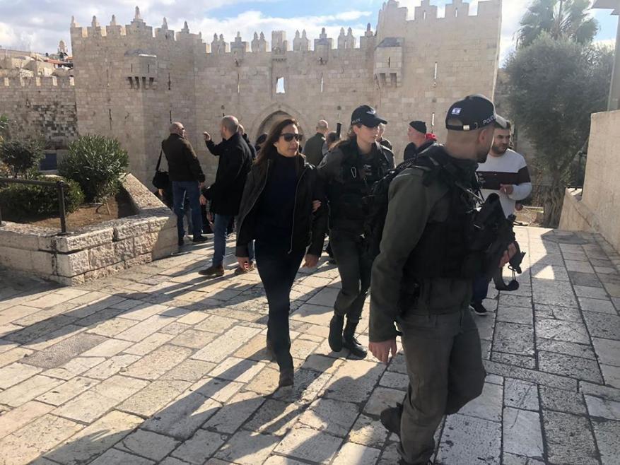 """قوات الاحتلال تعتقل فريق تلفزيون """"فلسطين"""" بالقدس"""