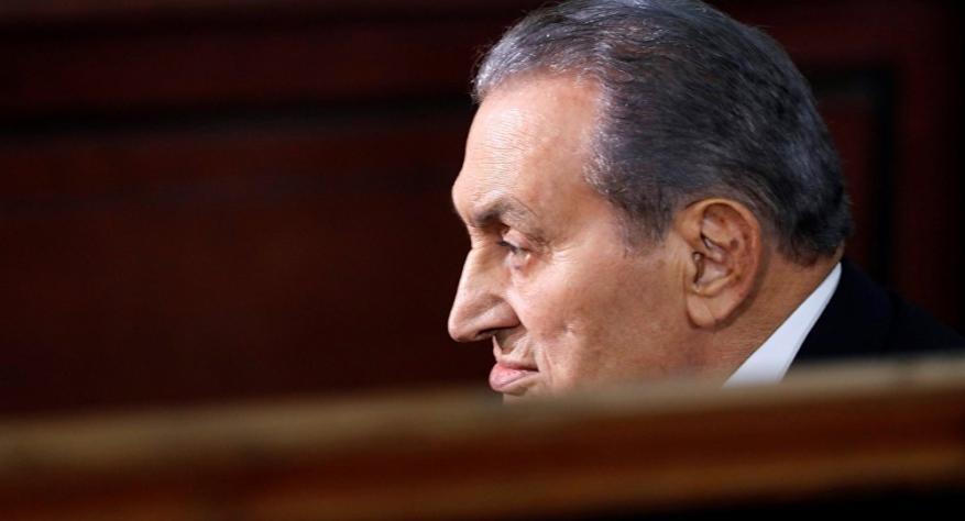 """مع استمراره في """"العناية المركزة"""".. محامي حسني مبارك يكشف تطورات حالته الصحية"""