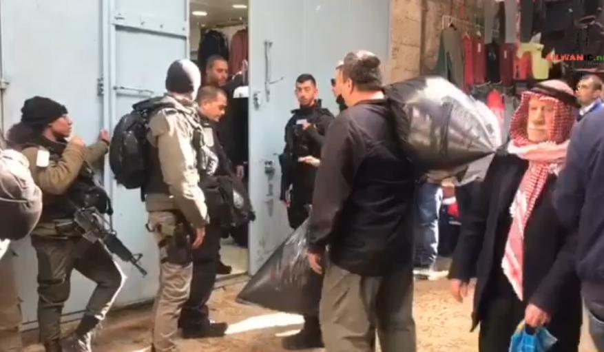 الاحتلال يحرر مخالفات ويستولي على بضائع في القدس