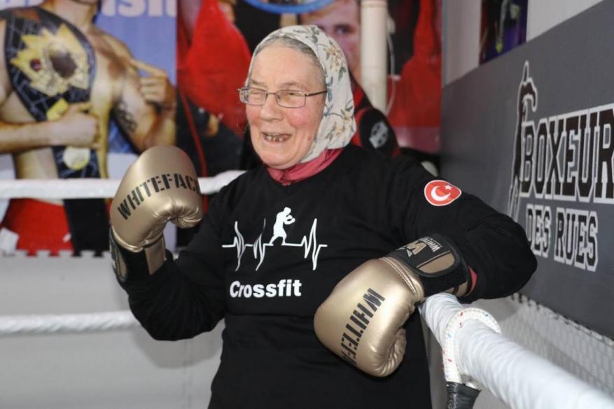 سيدة تركية تتحدى مرض باركنسون من خلال رياضة الملاكمة