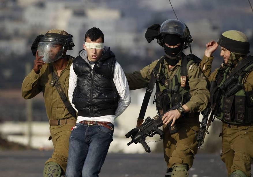 الاحتلال يعتقل 10 مواطنين بحملة مداهمات واسعة  بالضفة الغربية