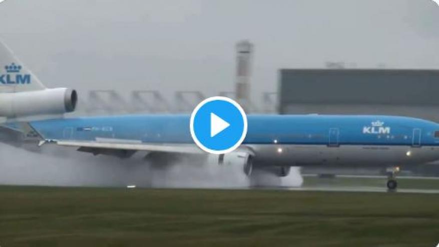 طائرة مدنية تتعرض لخلل في محركاتها أثناء الهبوط