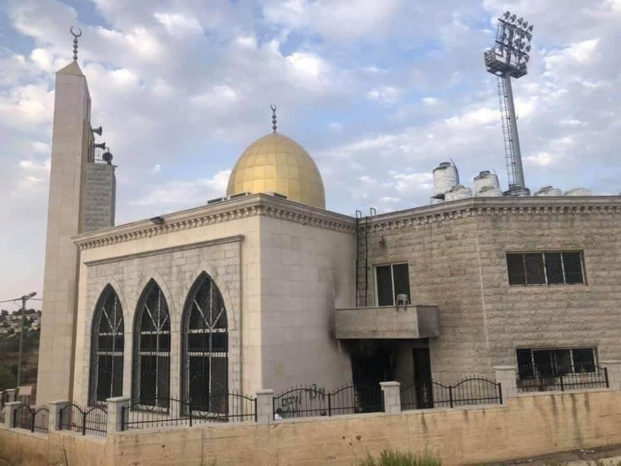 مستوطنون يحرقون مرافق مسجد في البيرة