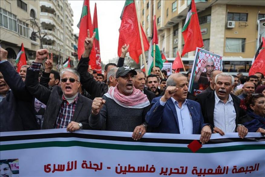 مسيرة في غزة دعمًا للأسرى المضربين عن الطعام بسجون الاحتلال