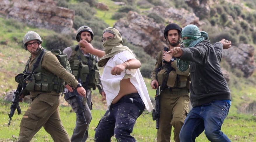 مستوطنون يعتدون على مسنة ونجليها ويعتقلون أحدهما في مخيم العروب