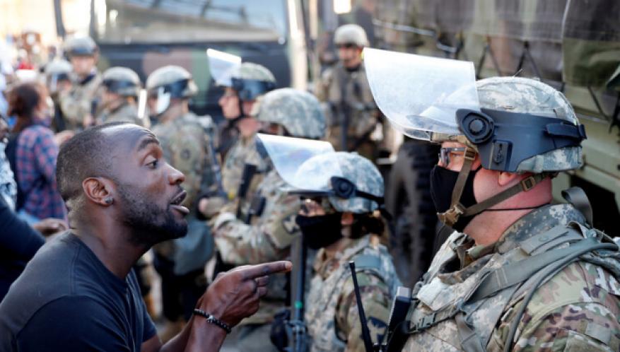 عمدة مينيابوليس يفرض حظر تجول في المدينة إثر أعمال شغب بعد مقتل أمريكي من أصول إفريقية