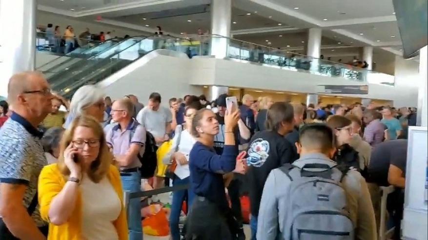 عطل يضرب حواسيب المطارات الأمريكية ويحشر المسافرين في طوابير انتظار طويلة