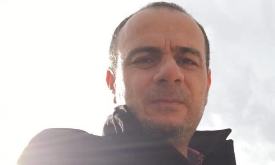 تعرض للتعذيب في سجون الإمارات بسبب تضامنه مع غزة.. وفاة الصحافي تيسير النجار