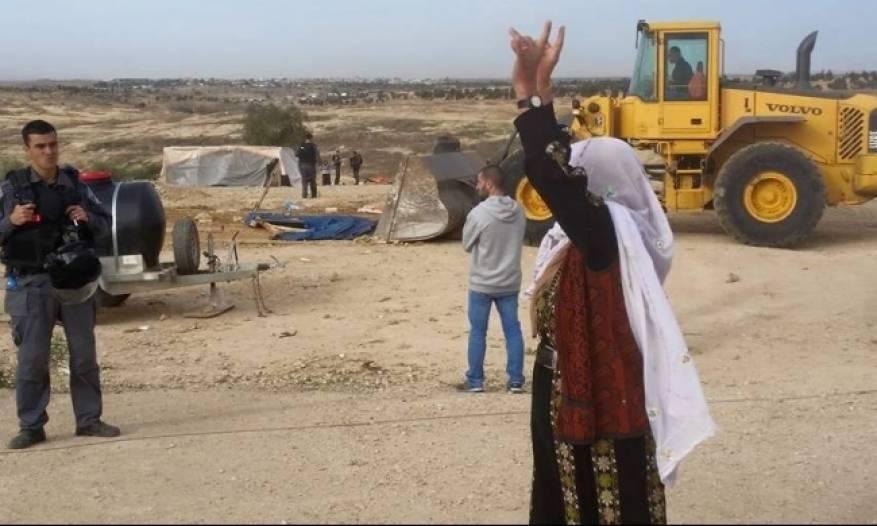 شرطة الاحتلال تعتقل مسنة وقاصرًا من قرية العراقيب بالنقب