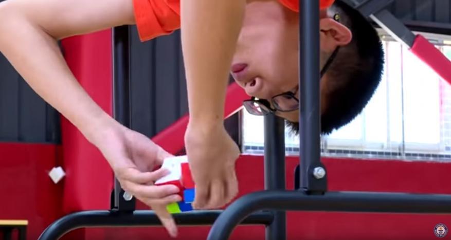 شاهد: طفل صيني يسجل رقما قياسيا عالميا جديدا في حل مكعب روبيك بالقدم