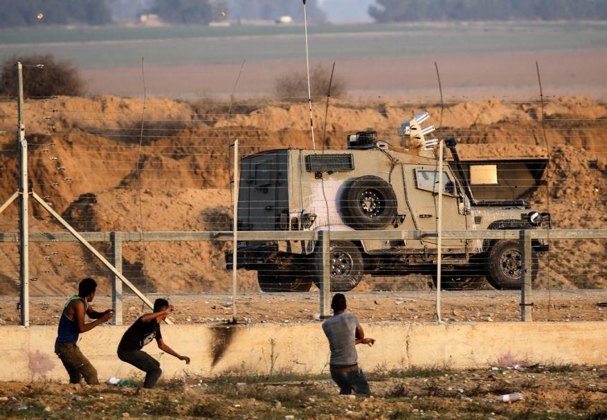 مراسل شهاب: شبان يحطمون بوابة في السياج الفاصل شرقي خانيونس.. وهذا ما فعلوه