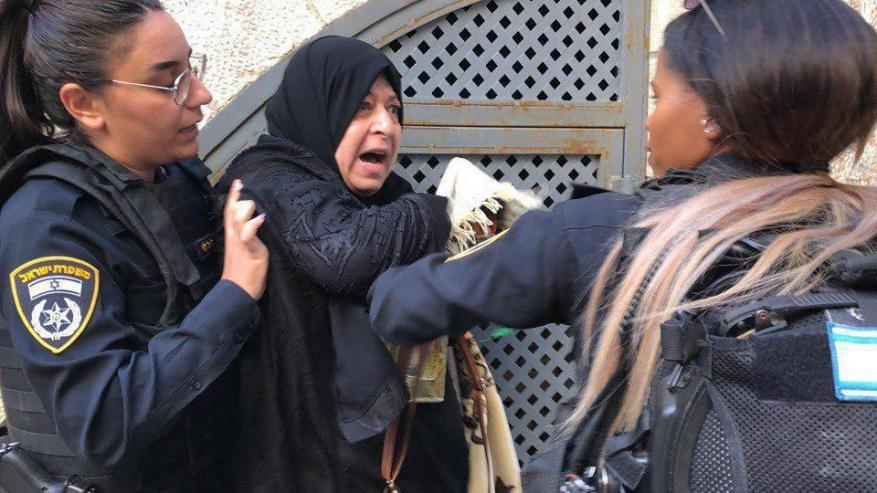 شرطة الاحتلال تعتدي على المرابطات والمبعدين عن المسجد الأقصى
