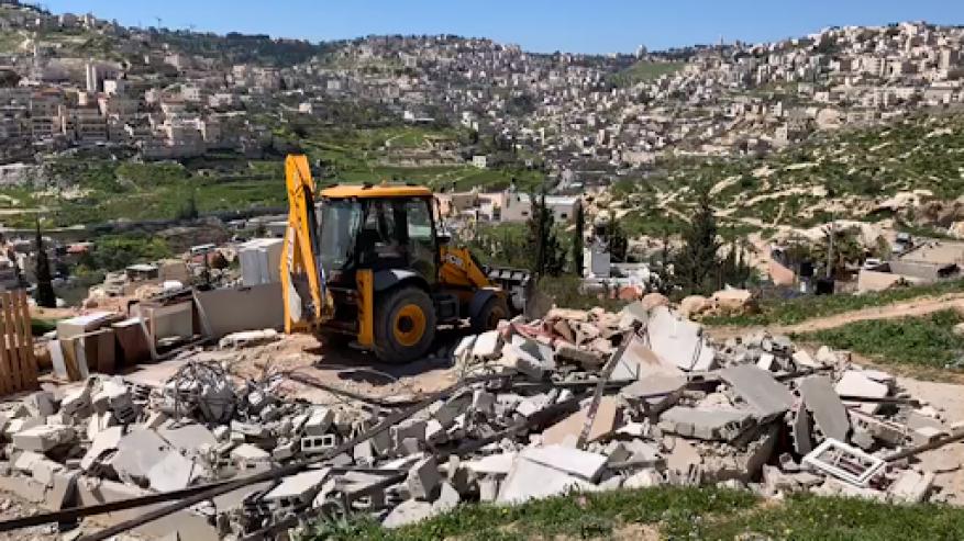 الاحتلال يهدم مسكنا ويستولي على معدات وخلايا شمسية شمال طوباس