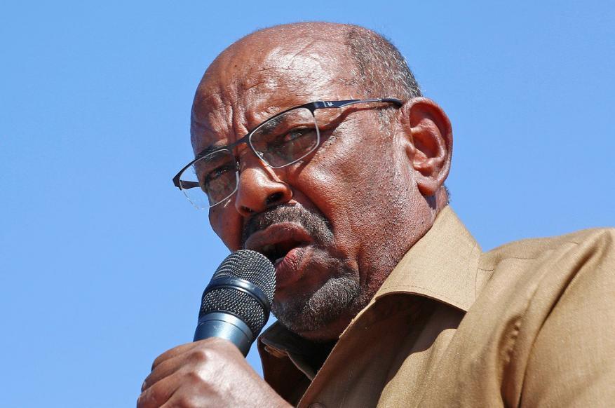 البشير أمام حشد جماهيري: يريدون تركيع السودان بقليل من الدولارات والقمح