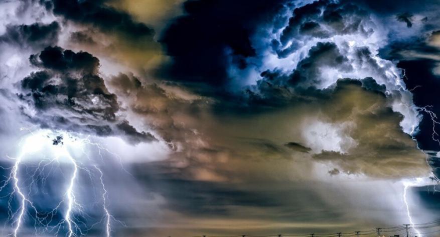 مشاهد مرعبة لعاصفة رعدية في المكسيك