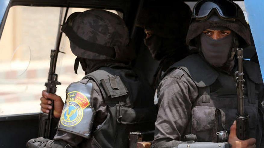 تفاصيل صادمة.. قاتل أولاده الثلاثة وزوجته يمثل جريمته البشعة في مصر