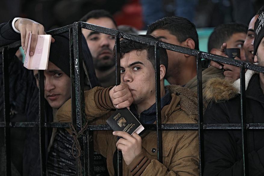 الفصائل: انسحاب موظفي السلطة من معبر رفح عقوبة جديدة على سكان غزة