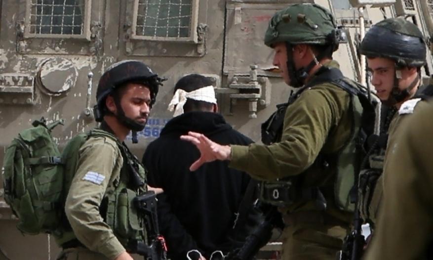 الاحتلال يعتقل 4 مواطنين بحملة مداهمات بالضفة