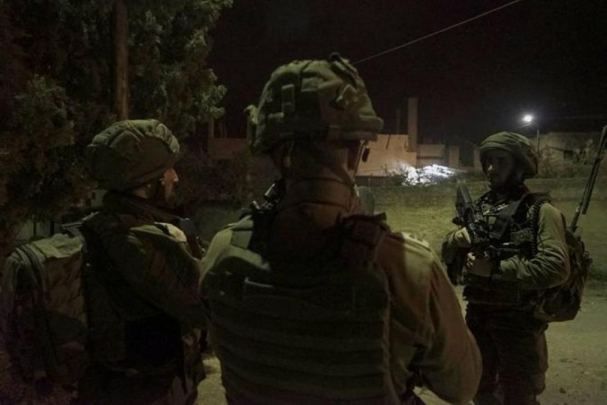 الاحتلال يعتقل 10 من الضفة بينهم أسرى محررين