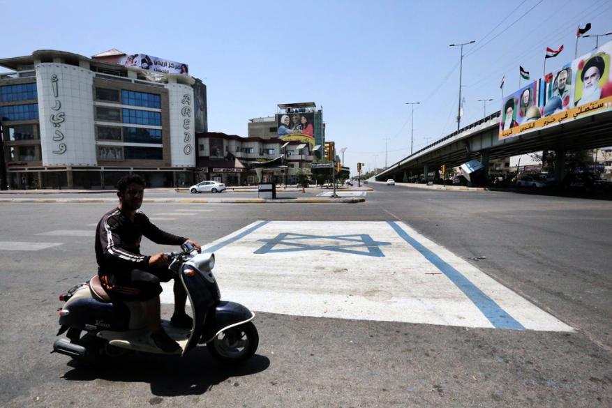علم الكيان الإسرائيلي تحت أقدام العراقيين في بغداد