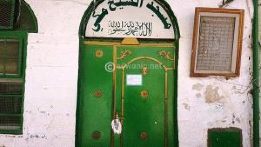 مستوطنون يضعون مادة لاصقة على باب وقفل مسجدٍ في القدس القديمة