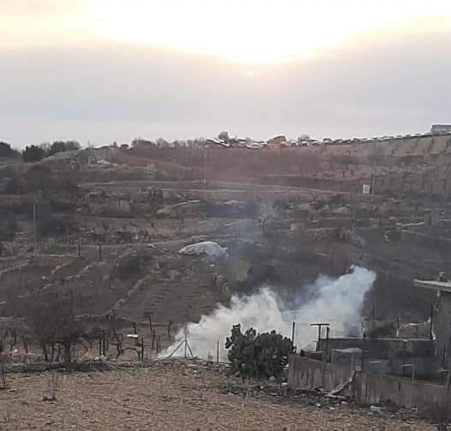 حالات اختناق إثر استهداف الاحتلال مسجدا ومنازل بقنابل الغاز في بيت أمر