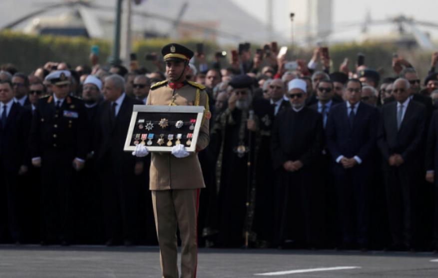 برلماني وإعلامي مصري يكشف سبب غياب المشير طنطاوي عن جنازة مبارك