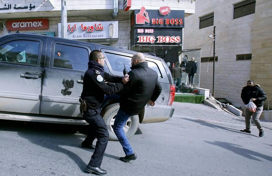 الأمن الوقائي يعتقل ناشطاً ويستدعي آخرين طردوا وفداً أميركياً في بيت لحم