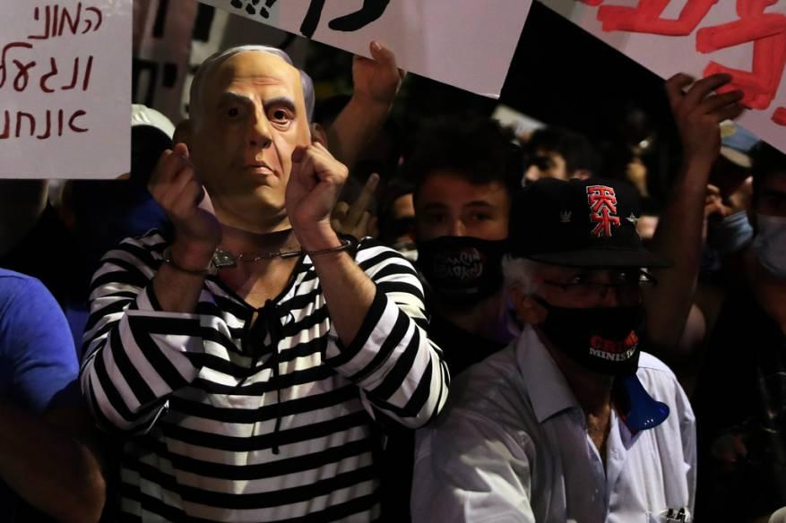 نتنياهو يترنح بين التهديد بالانتخابات ومحاكمات الفساد
