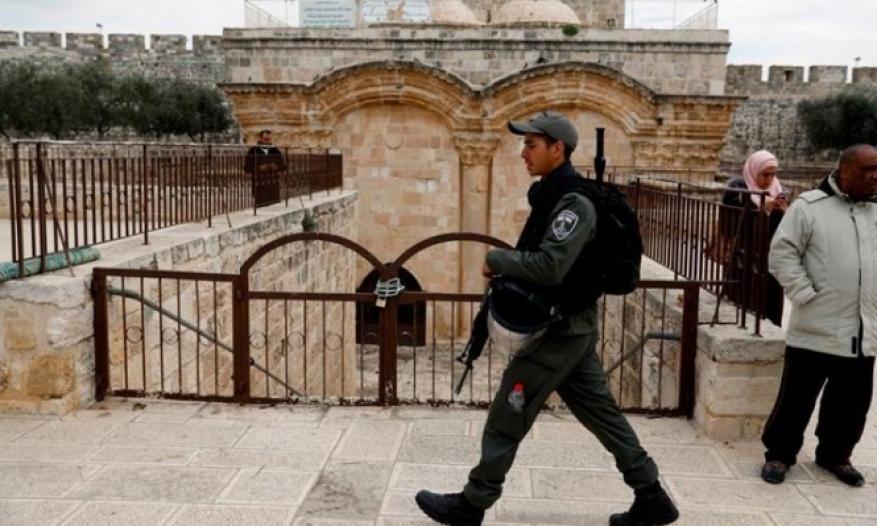 """الاحتلال يقتحم مصلى """"باب الرحمة"""" ويسرق محتوياته"""