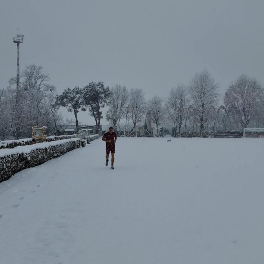 رغم الإصابة وعمره 40 عاما.. شاهد بالفيديو كيف يتدرب إبراهيموفيتش تحت الثلج!