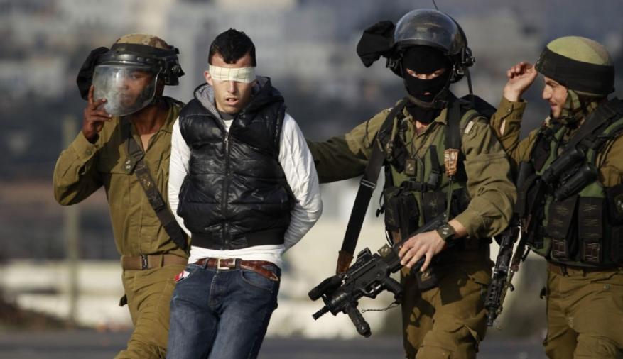 الاحتلال يعتقل شابا ويزعم العثور على بندقيه في حقيبته